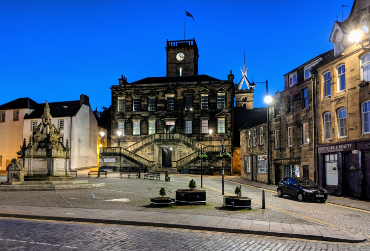 Linlithgow Cross and Burgh Halls at night.